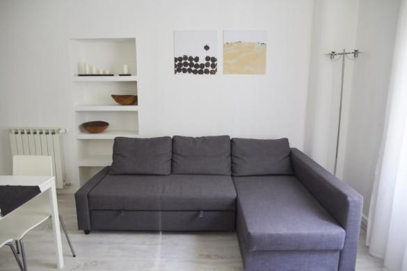 Wohnzimmer, Couch, Sofa, Appartment, Airbnb, mieten, Host, Mattia, Rom, rome, italy, Reiseblog