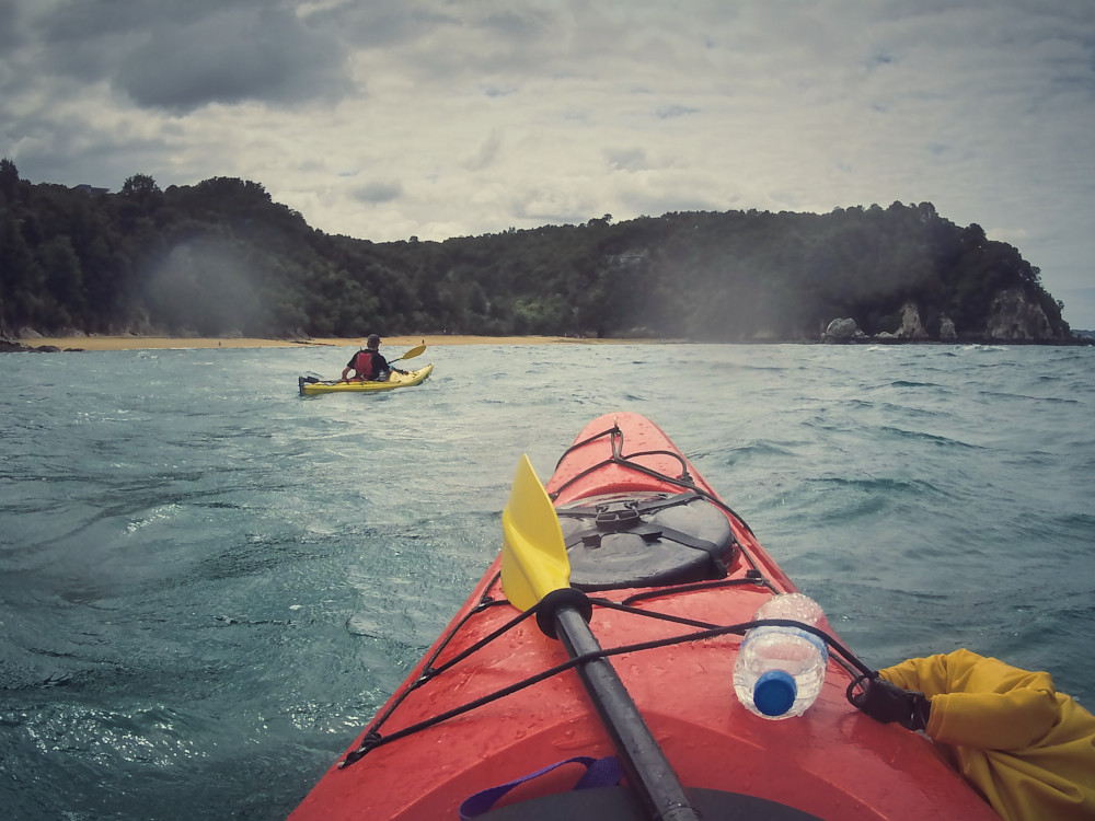 Unsere Kajaktour zum Split Apple Rock im Abel Tasman Nationalpark. An diesem Tag war es bewölkt aber trotzdem war es eine spannende Tour!