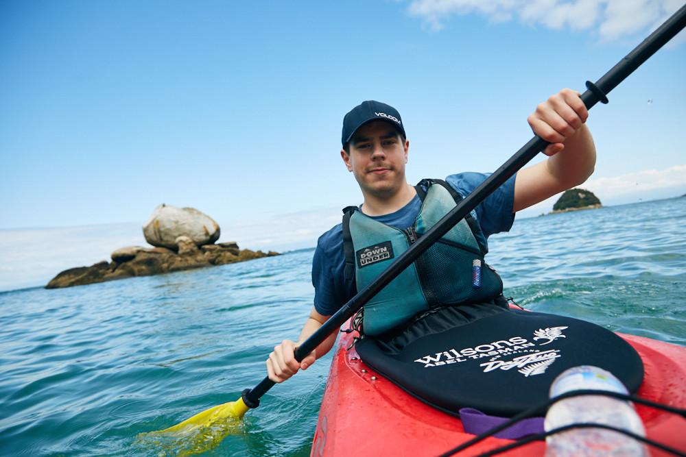 Ronnie von den Reisebloggern Miles and Shores bei unserer Kajaktour im Abel Tasman Nationalpark auf der Südinsel von Neuseeland