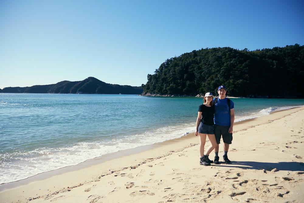 De Reiseblogger Christina und Ronnie in der Torrent Bay im Abel Tasman Nationalpark in Neuseeland, am Beginn der Wanderung