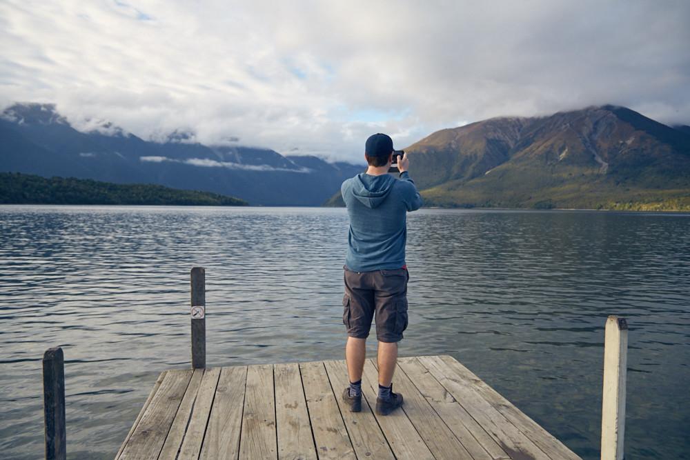 Endlich hatten wir es doch noch zum Lake Rotoiti in Neuseeland geschafft. Der Steg führt einige Meter auf den glatten See hinab! Hätten wir noch mehr Zeit gehabt, könnte man hier sicher gut wandern gehen!