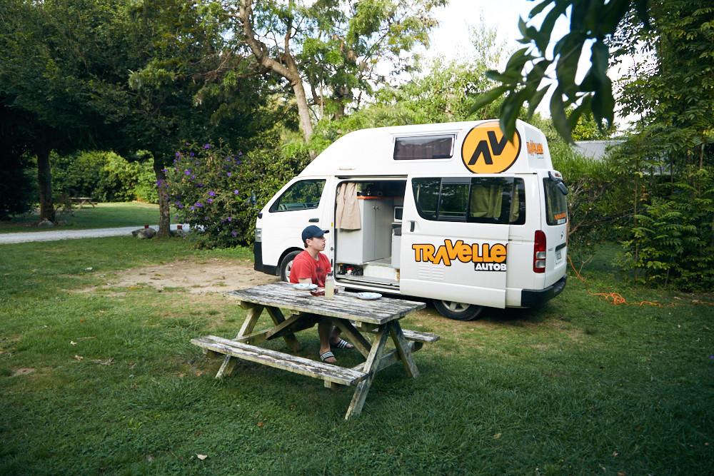 Unser Campingplatz Old Mac Donald im Abel Tasman Nationalpark. Ein grüner Campingplatz, umgeben von Blumen und jede Menge Zikaden im Norden der Südinsel von Neuseeland