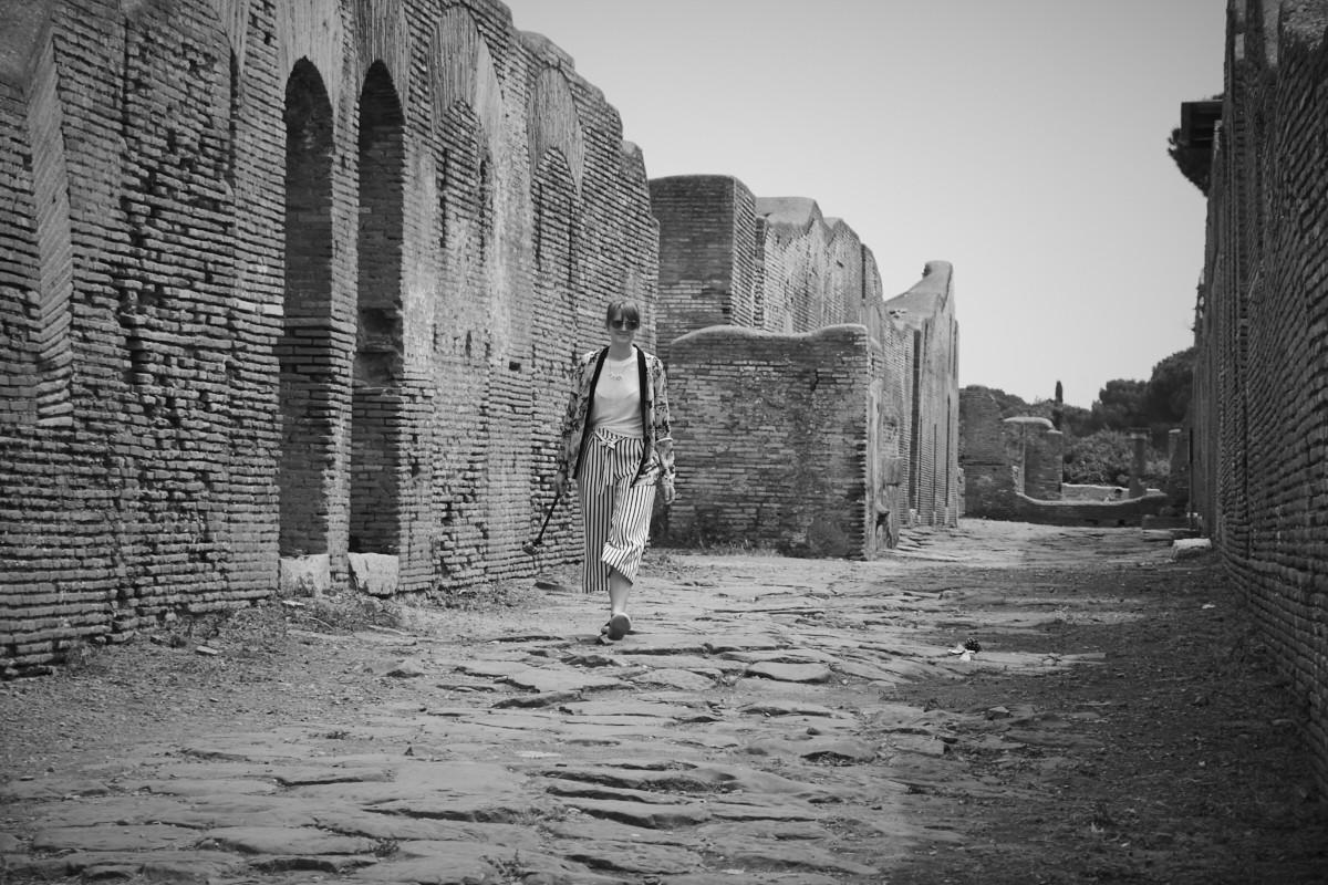 Ostia Antica, miles and shores, Rom, Städtetrip, citytrip, reisen, Reiseblog, Ruinen, Ruinenstadt, schwarz-weiß, Foto, Chrisi
