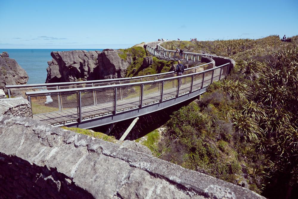Die Pancake Blowholes in Punakaiki sind berühmt, weil bei Flut das Wasser durch den Druck aus den Felsen geradezu herausgespritzt kommt. Hier ist der Weg zu den Pancake Blowholes in Neuseeland
