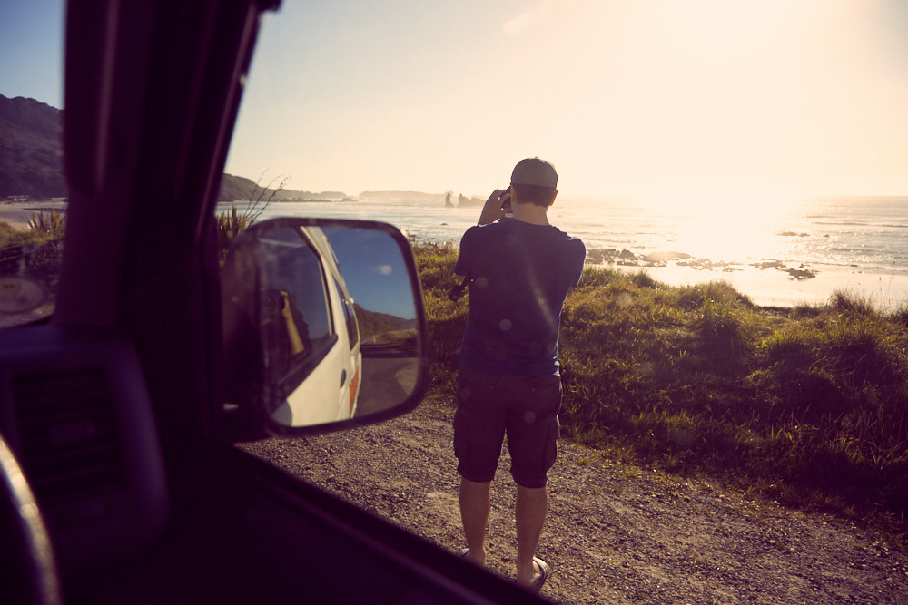 Ronnie von Miles and Shores beim Fotografieren der Küste von Punakaiki in tiefstehender Sonne