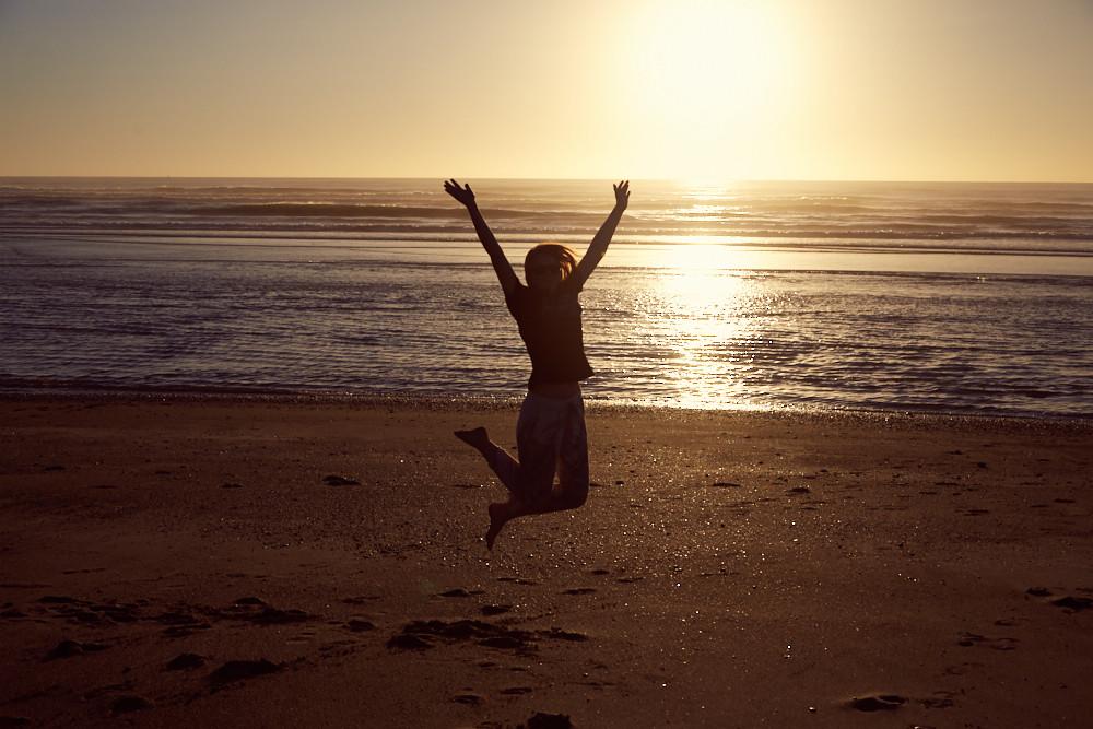 Sprung am Strand von Punakaiki im Sonnenuntergang, eine meiner liebsten Orte in ganz Neuseeland