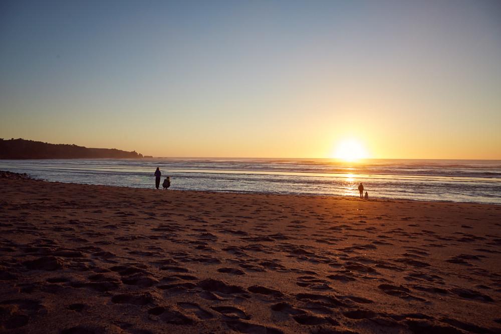 Sonnenuntergang in Neuseeland auf der Südinsel. Nach unserem Besuch der Pupu Springs in der Nähe des Abel Tasman Nationalparks sind wir weiter nach Punakaiki gefahren, wo wir direkt neben dem Strand campten