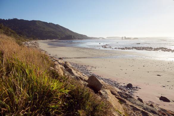 Strand, Westküste, Südinsel, Neuseeland, Punakaiki, Sandstrand, helles Wasser, türkis, kühl, Herbst, Ebbe