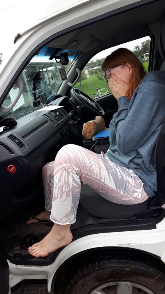 Christina sitzt im Auto und hat einen Blutegel am Fuß, definitiv einer unserer 5 verrücktesten Reisemomente. Wir erklären auch, wie man einen blutegel entfernt