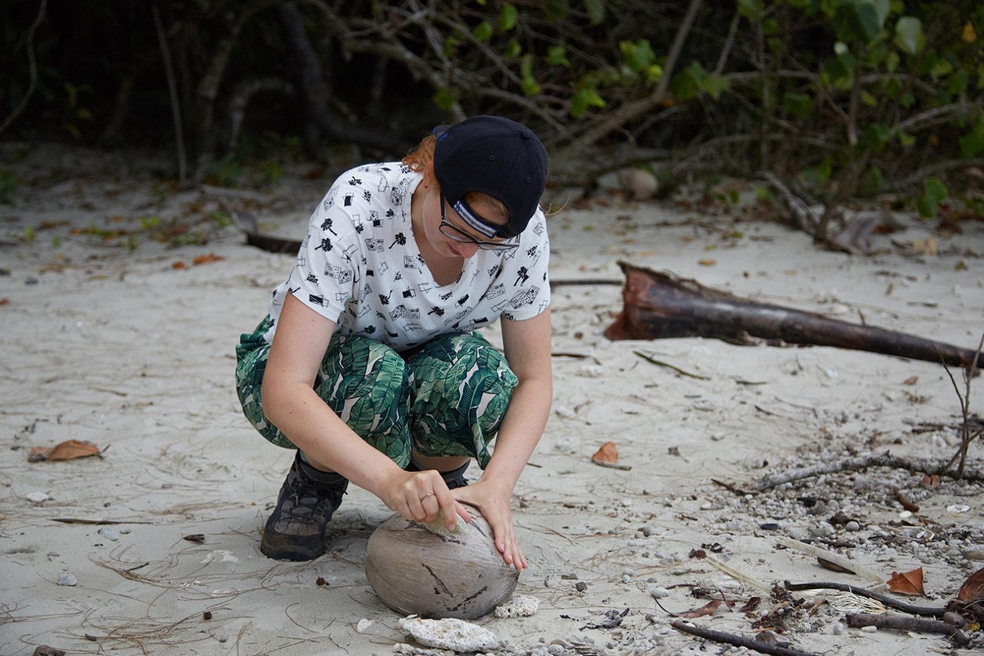 cracking a coconut, australien, australia, kokosnuss, knacken, milesandshores, reiseblog, reiseblogger