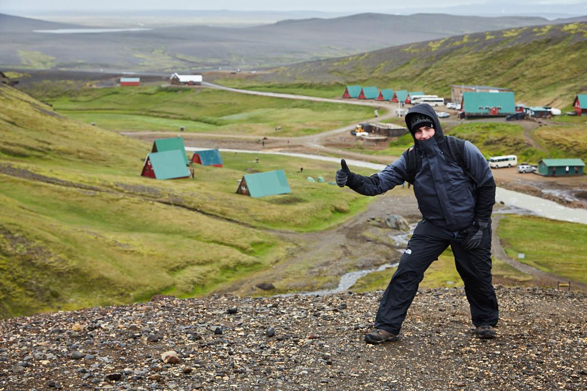 Ronnie auf dem ersten Hügel der Wanderung. Unten sieht man die Hütten des Basecamps, wo wir geparkt hatten.