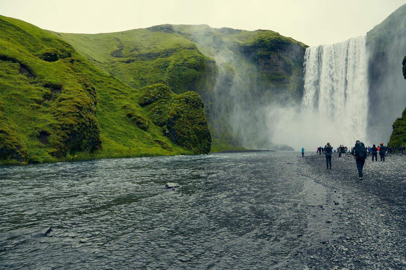 Skogafoss, Wasserfall, waterfall, Island, berühmt, famous, bucketlist, gigantisch, groß, viele Touristen, Roadtrip, Rundreise, Miles and Shores, Umgebung, Reiseblogger