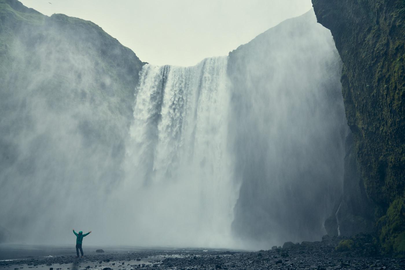 Skogafoss, Wasserfall, waterfall, Island, berühmt, famous, bucketlist, gigantisch, groß, viele Touristen, Roadtrip, Rundreise, Miles and Shores, Reiseblog, Reiseblogger, Travelblogger, tosend, must see things, gigantisch, huge,