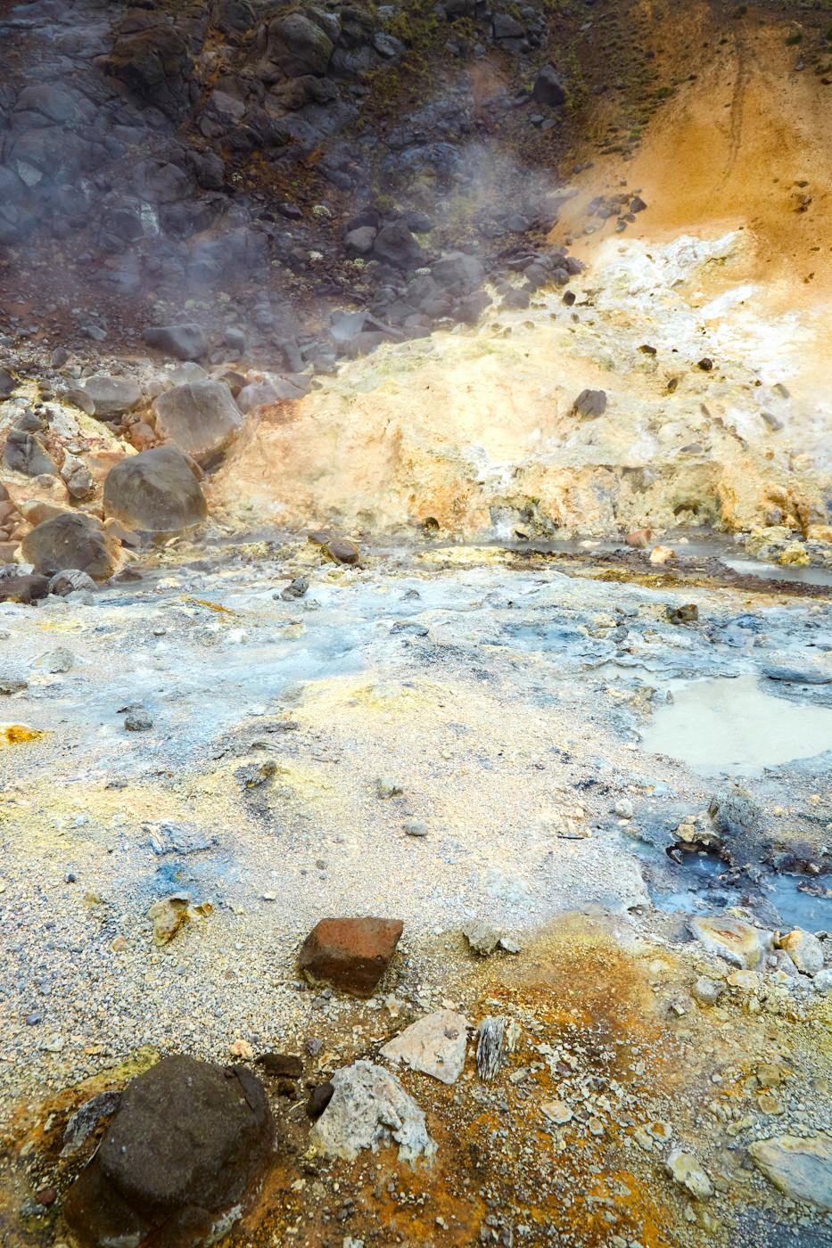 Krysuvik, geothermal Area, geothermales Gebiet, Reykjavik, Island, Iceland, Reiseblog, Miles and Shores, Reiseblogger, Travelblog, Was tun an einem Regentag in Island, Schlammquellen, heiss, heiß, bunt