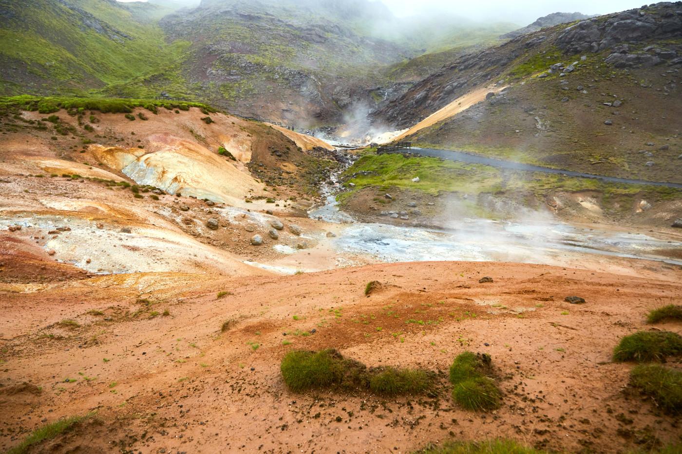 Krysuvik, Geothermalgebiet, geothermal area, Island, Iceland, rainy day, Regentag, Roadtrip, Rundreise, Reiseblogger, Travelblogger, Miles and Shores, vulkanisch, Vulkangestein, dampf, dampfend,