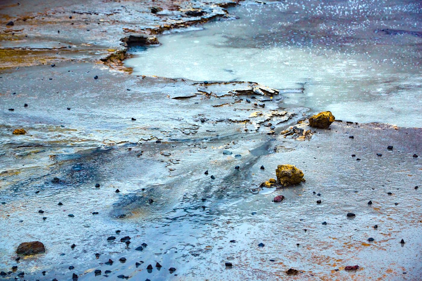 Krysuvik, Geothermalgebiet, geothermal area, Island, Iceland, rainy day, Regentag, Roadtrip, Rundreise, Reiseblogger, Travelblogger, Miles and Shores, vulkanisch, Vulkangestein, blau, intensive farben