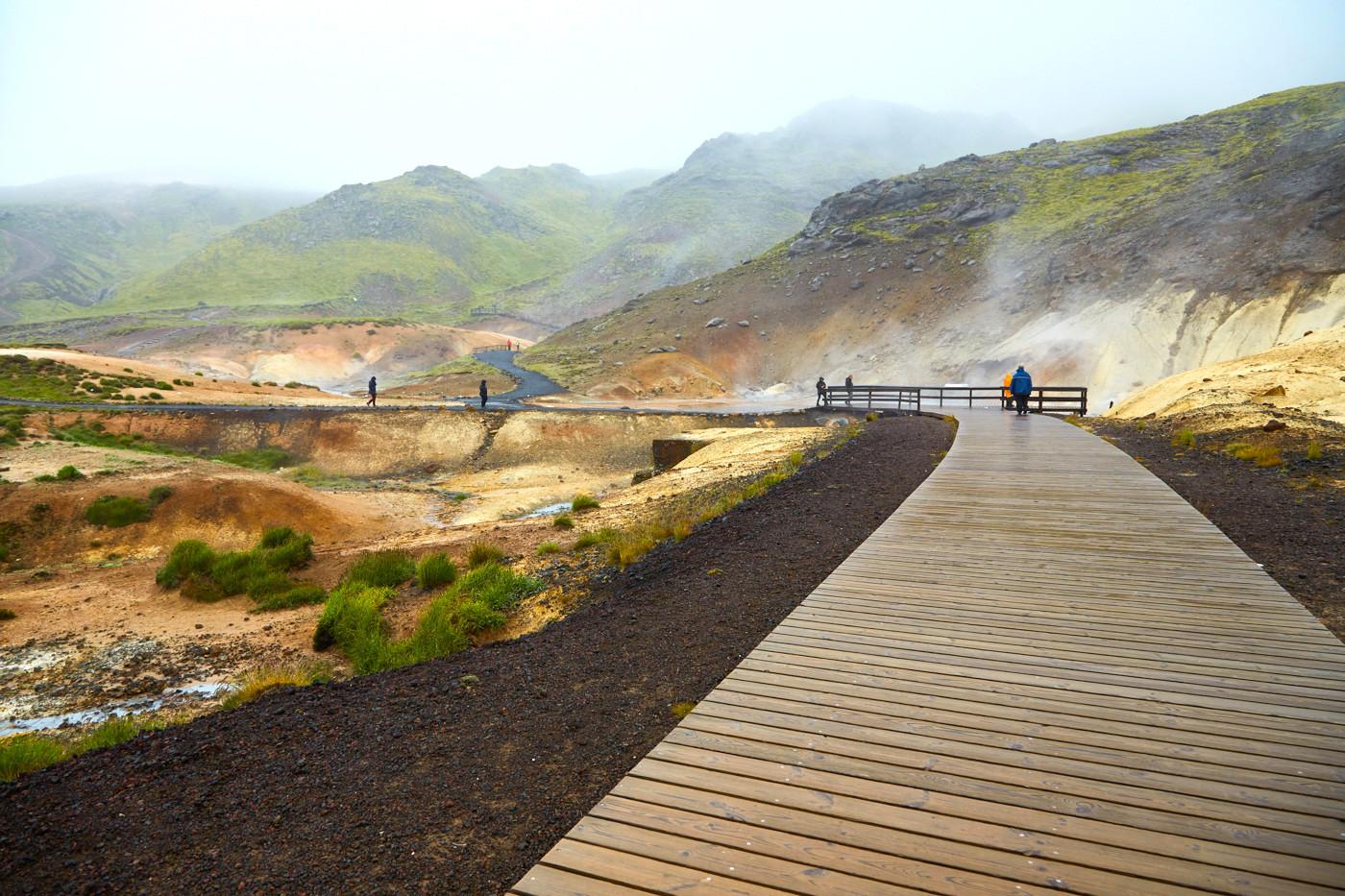 Krysuvik, Geothermalgebiet, geothermal area, Island, Iceland, buntes Gestein, Schwefelgestein, Roadtrip, Rundreise, Reiseblogger, Travelblogger, Miles and Shores, vulkanisch, Weg, Bretterweg