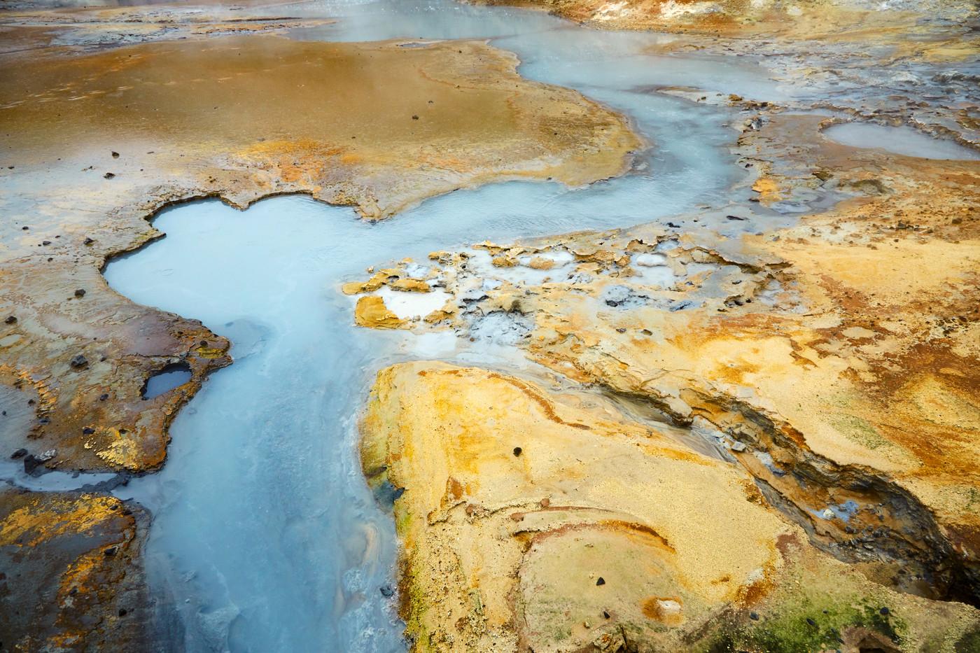 Krysuvik, Geothermalgebiet, geothermal area, Island, Iceland, buntes Gestein, Schwefelgestein, Roadtrip, Rundreise, Reiseblogger, Travelblogger, Miles and Shores, vulkanisch, blau, dampfend, heiss