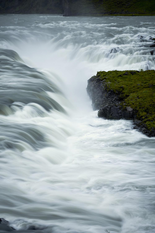 Urridafoss, Wasserfall, waterfall, things to do in Iceland, Dinge die man in Island machen kann, Island, Iceland, Rundreise, Reiseblogger, Travelblogger, Miles and Shores, Wellen, Langzeitbelichtung, Graufilter, Reisefotografie