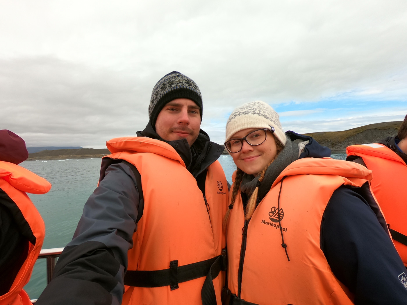 Chrisi und Ronnie bei der Bootsfahrt auf dem Jökulsarlon Eissee, Gletschersee, Island, Iceland, Travelblog, Travelbloggers,