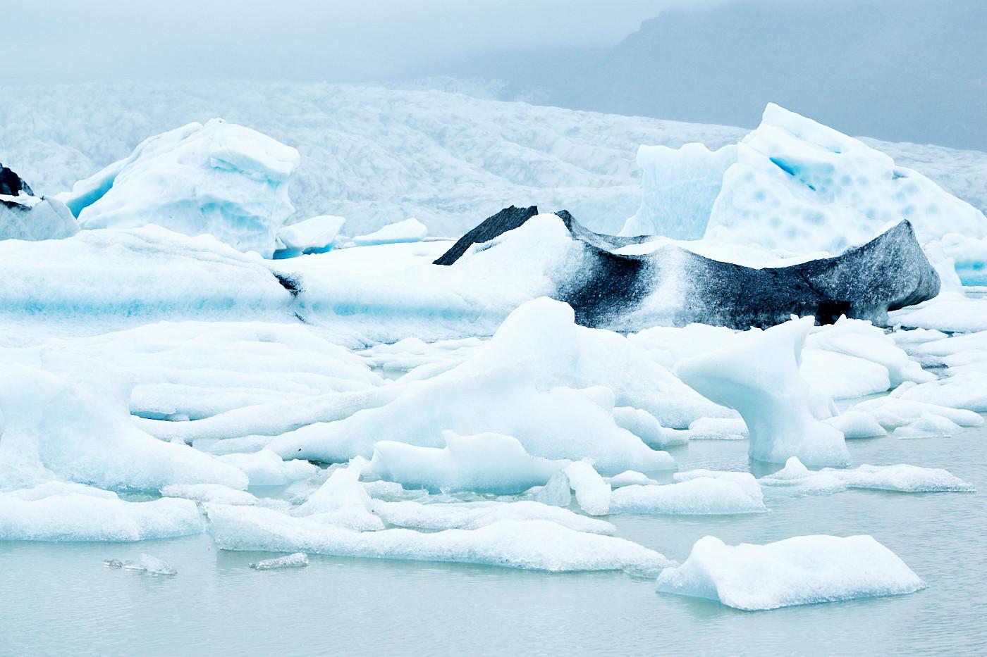 Fjallsárlón, eis, eisscholle, eisschollen, vulkanasche in eisblock, fjallsarlon, ice lagoon, ice lake, Eissee, Gletschersee, Island, iceland, roadtrip, rundreise, reiseblogger, travelblogger, miles and shores,
