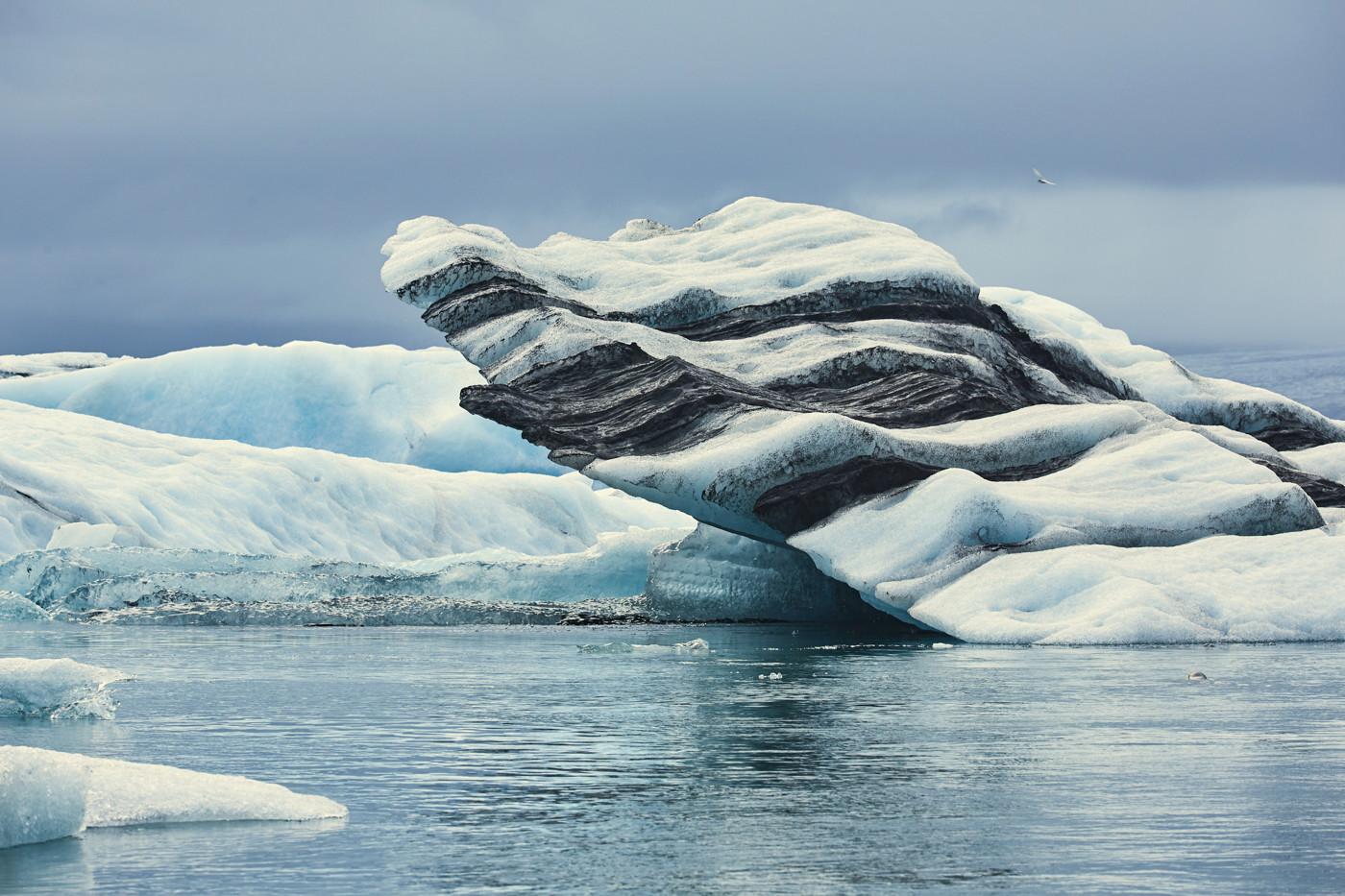 Jökulsárlón, eissee, ice lagoon, ice lake, lagoon, eis, eisschollen, gletschereis, bootstouren, reiseblog, reiseblogger, miles and shores, eisscholle, eisberg, vulkanasche