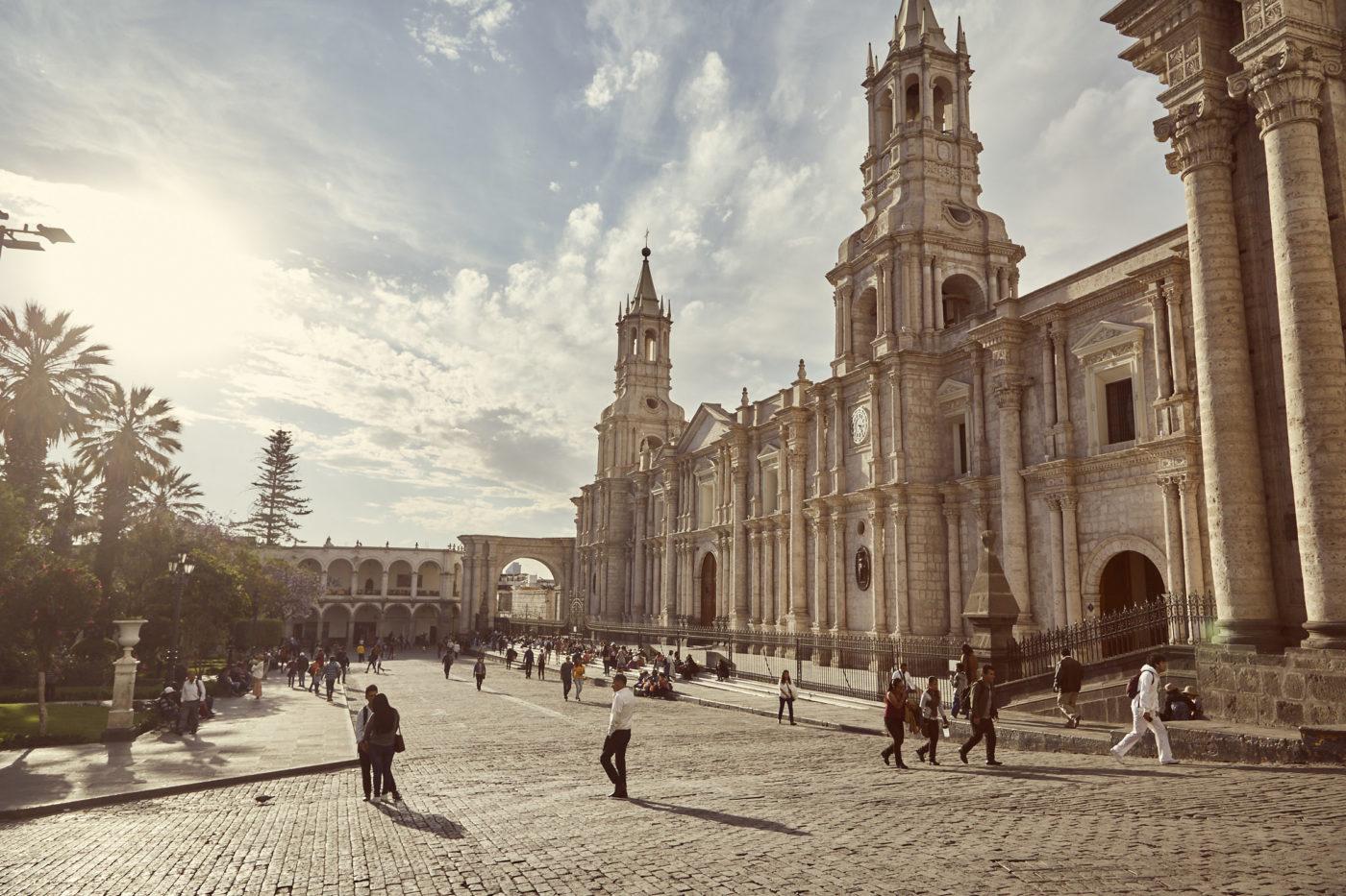 Plaza de Armas in Arequipa, Der Hauptplatz der Weißen Stadt ist berühmt für seine Kathedrale und gehört definitiv zu den 8 Must Do Things in Arequipa