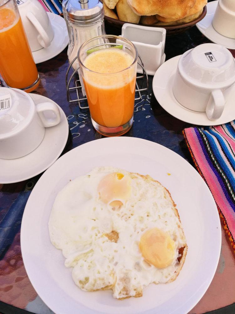 Eier und frischgepresster Papayasaft zum Frühstück im Hotel Wayna B&B in Arequipa, Peru.
