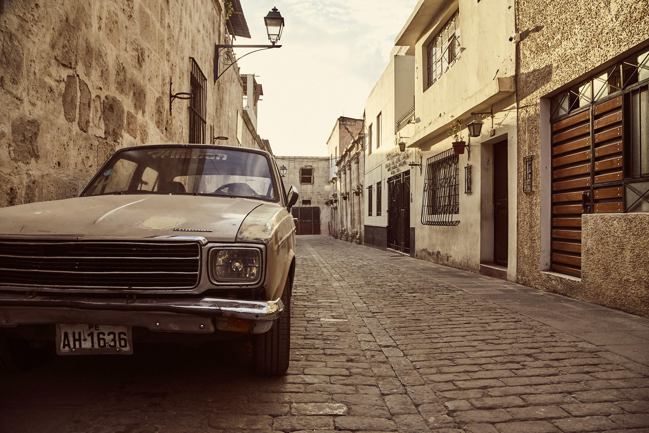 Auto in einer Gasse im Stadtviertel San Lazaro in Arequipa. Aufgenommen während unserer Peru Reise