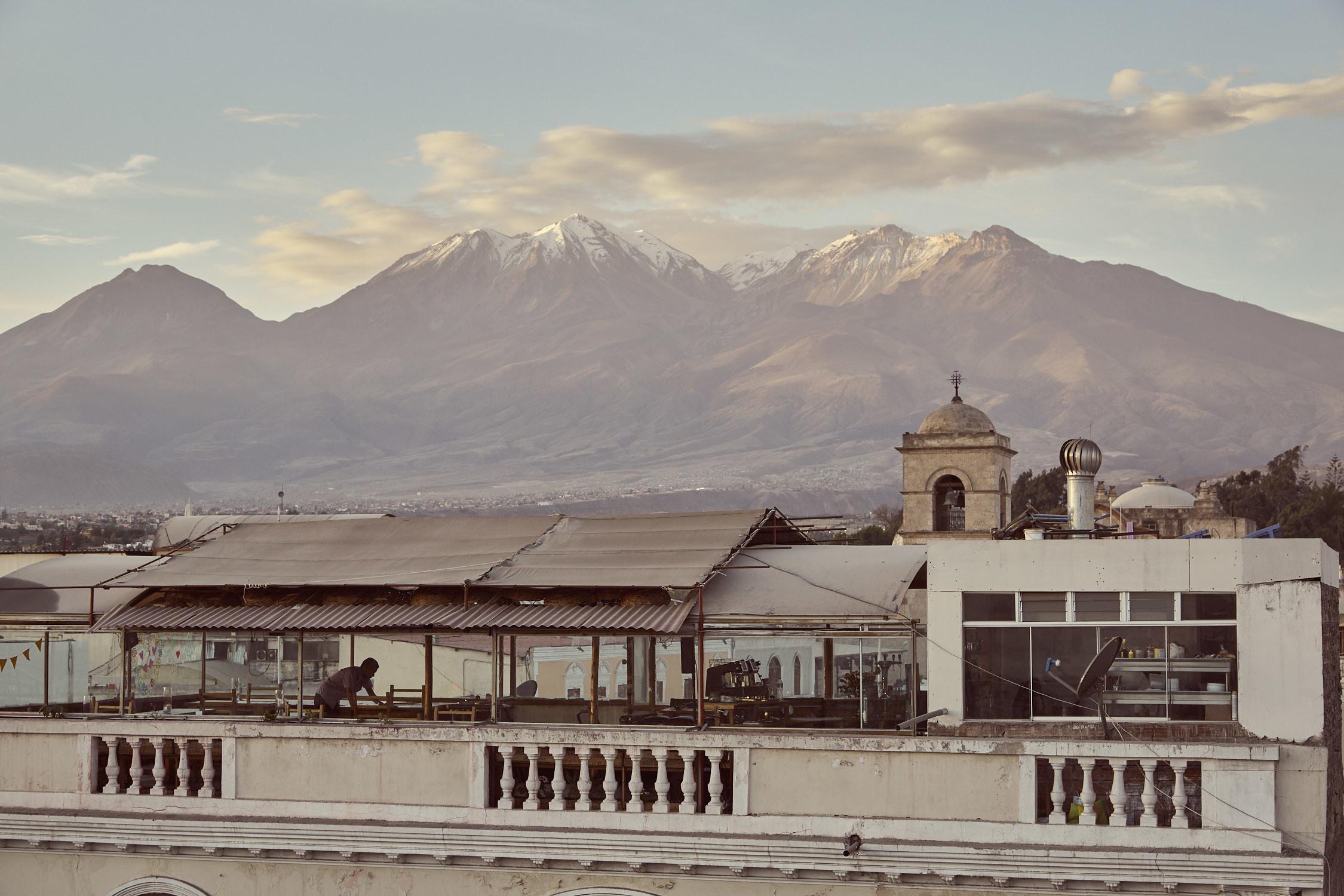Arequipa, 8 must do things in Arequipa, Blick von Rooftop Bar aus Richtung Vulkane, Berge, Blick über die Dächer von Arequipa, Peru