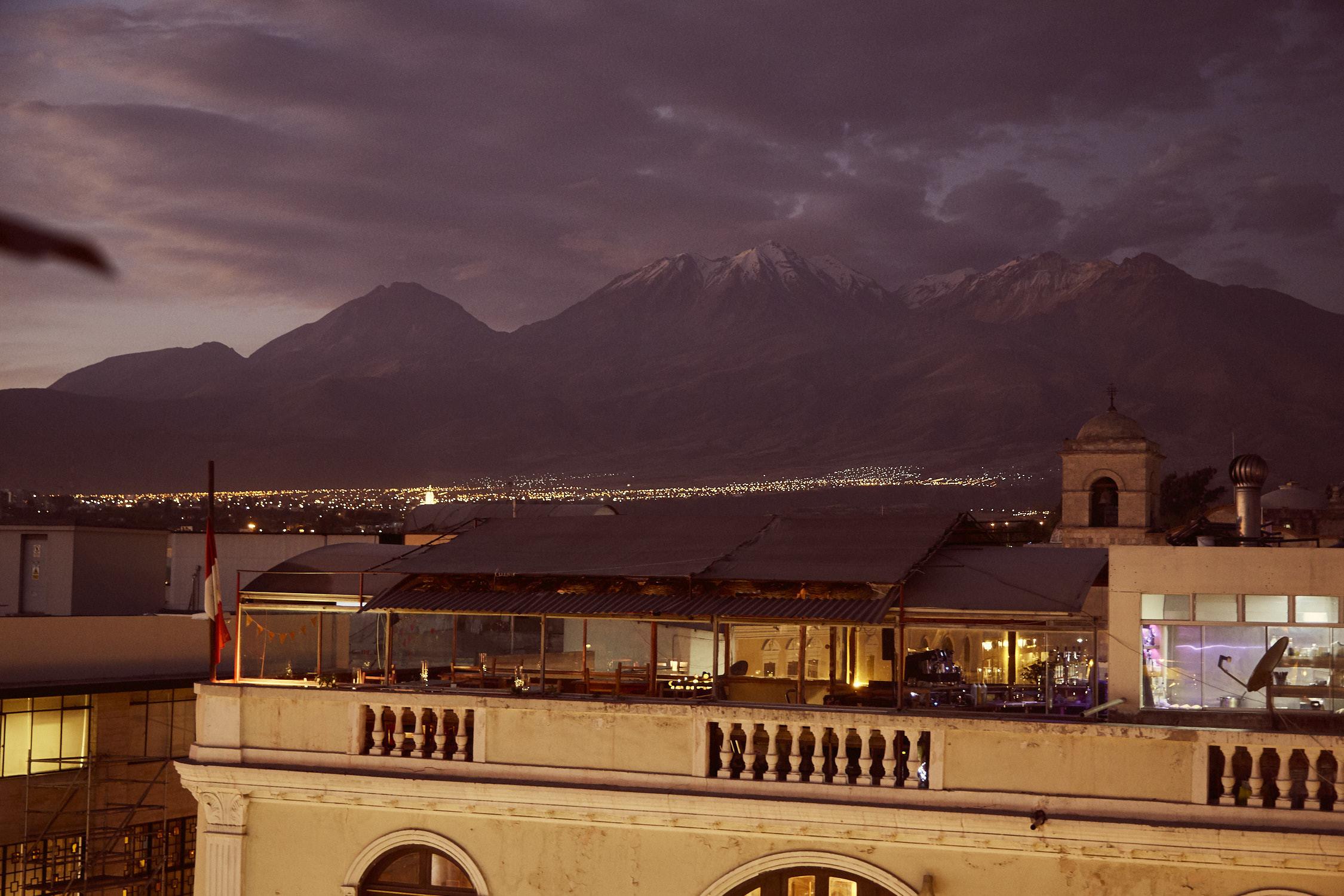 Ausblick auf den El Misti Vulkan von der Rooftop Bar in Arequipa aus