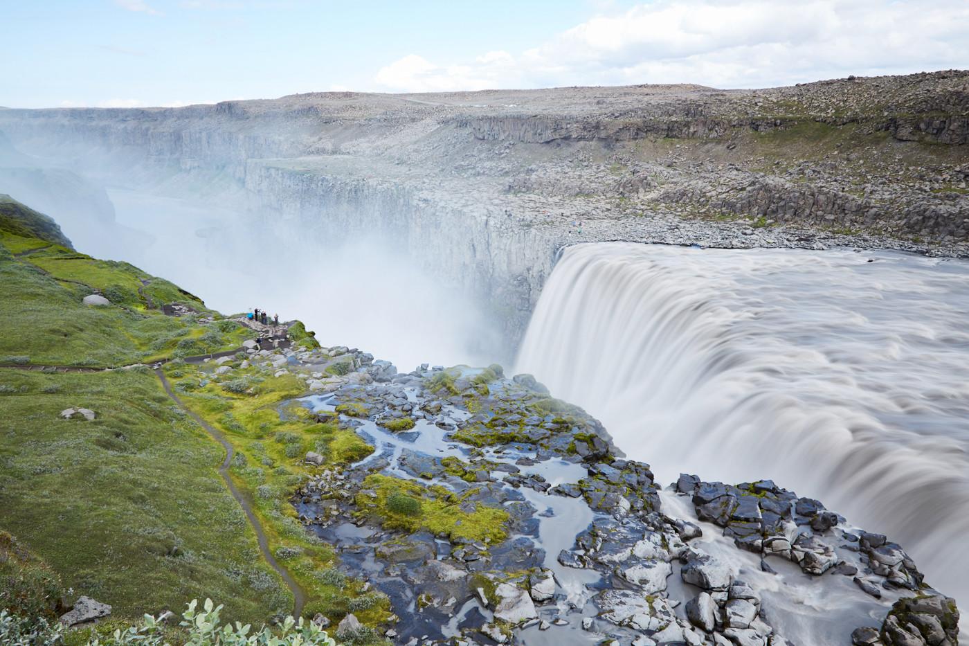 Dettifoss Wasserfall im Norden von Island, gewaltiger Wasserfall, entdeckt auf dem Island Roadtrip von Miles and Shores