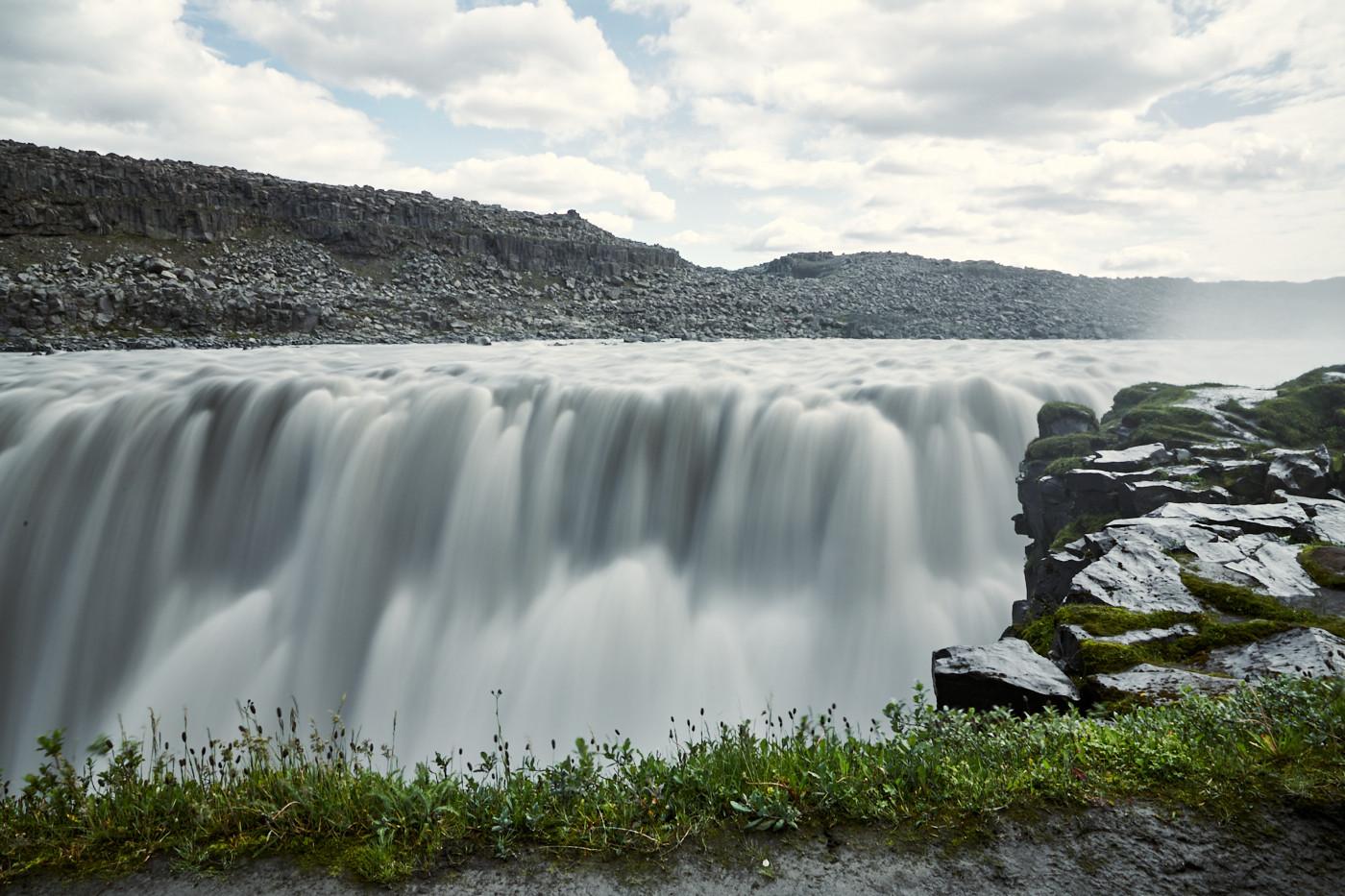 Gigantische Wassermassen, die den Dettifoss Wasserfall in Island hinuntergerissen werden