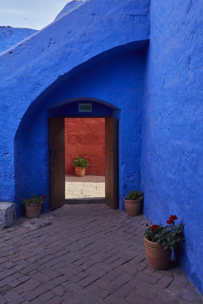 Schöne Kontraste von intensivem blau zu den Rottönen der Wände des Klosters Santa Catalina in Peru, Arequipa