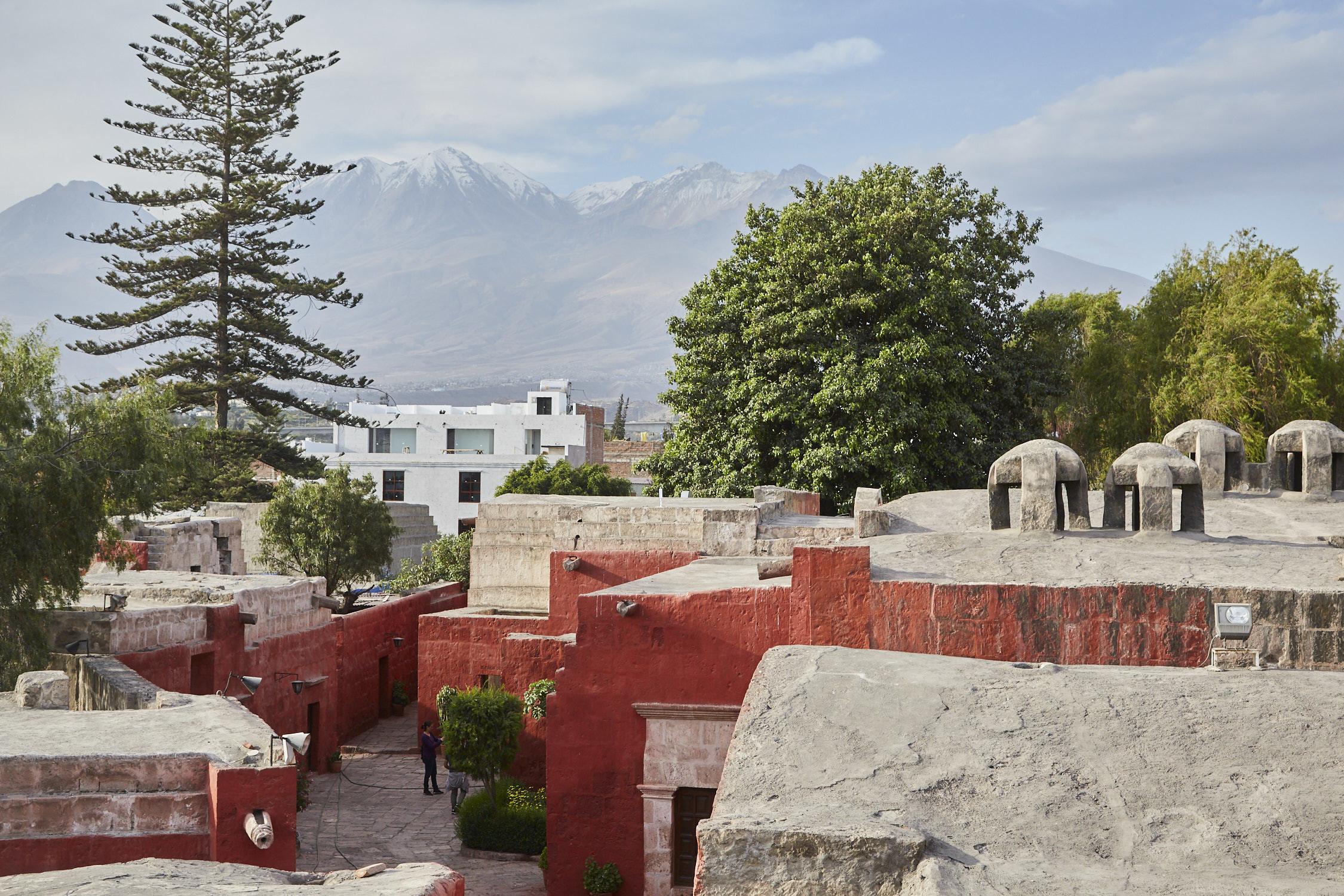 Aussicht vom Kloster Santa Catalina in Arequipa, Peru, Ausblick über die Dächer des Klosters auf die Berge und Vulkane im Hintergrund der Stadt