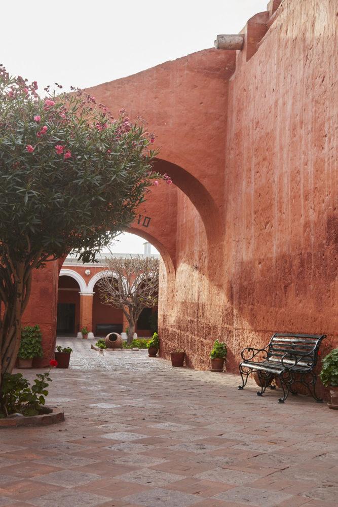 Rote Wände im Kloster Santa Catalina in Arequipa. Das Kloster sollte bei jedem Peru Urlaub besucht werden! Für mich war es ein absolutes Highlight