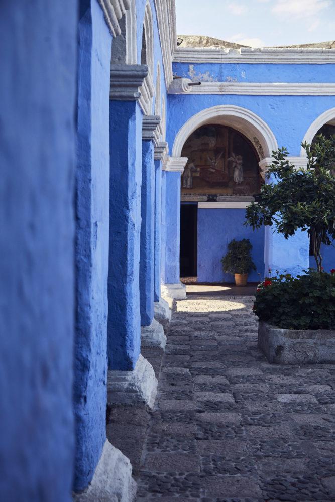 Blaue Wände und Fassaden mit Schachbrettmuster Fliesen, das Kloster Santa Catalina in Arequipa ist eine wahnsinnig schöne Sehenswürdigkeit