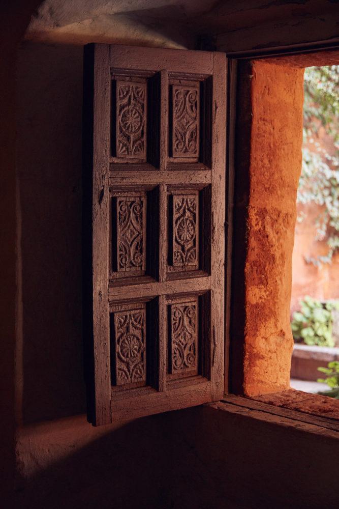 Fenster in rotes Licht gehüllt im Kloster Santa Catalina, Eindrücke von unserem Peru Urlaub,