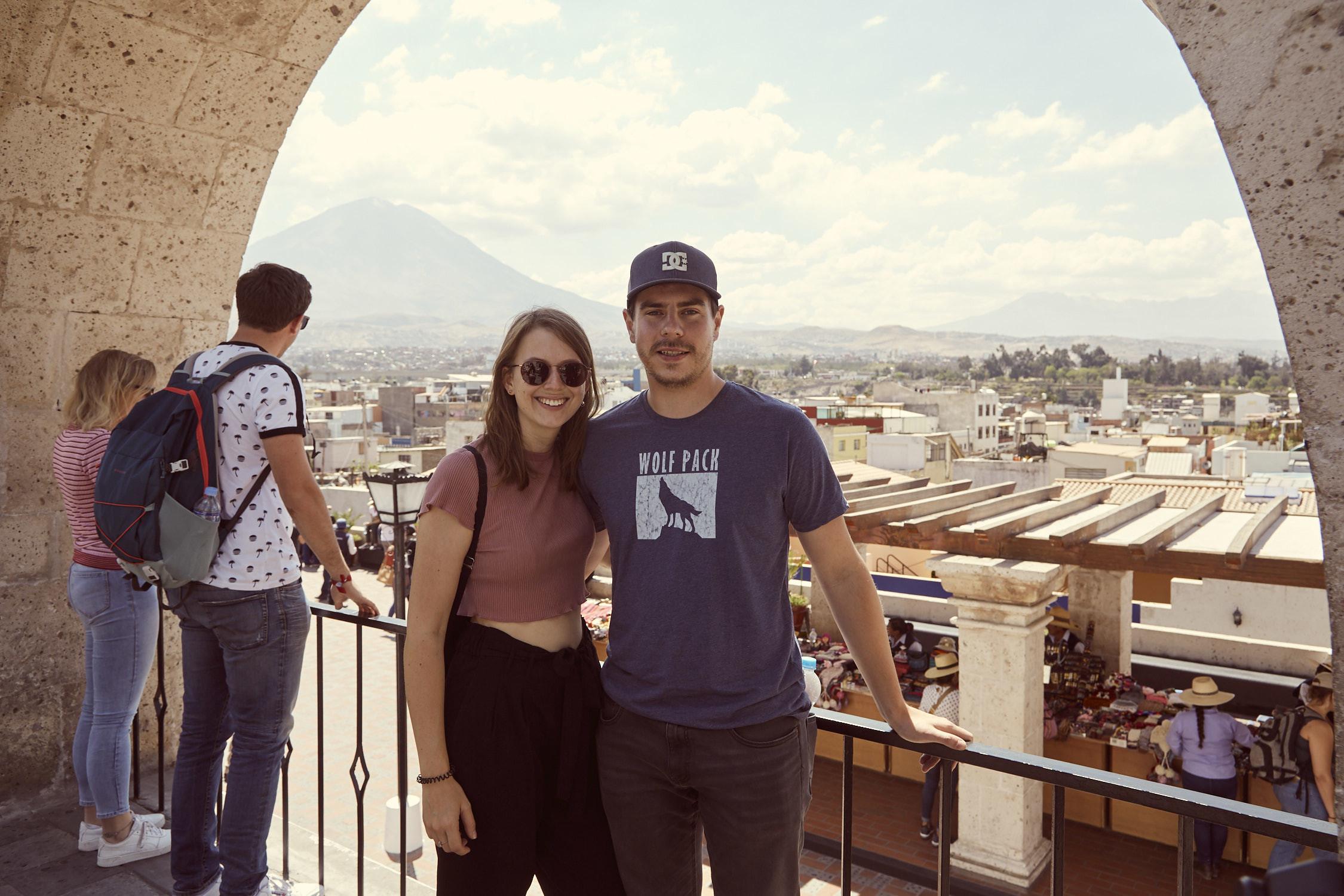 Reiseblogger Chrisi und Ronnie von Miles and Shores bei dem Ausblick Mirador del Yanahuara in Arequipa während des Peru Urlaubes