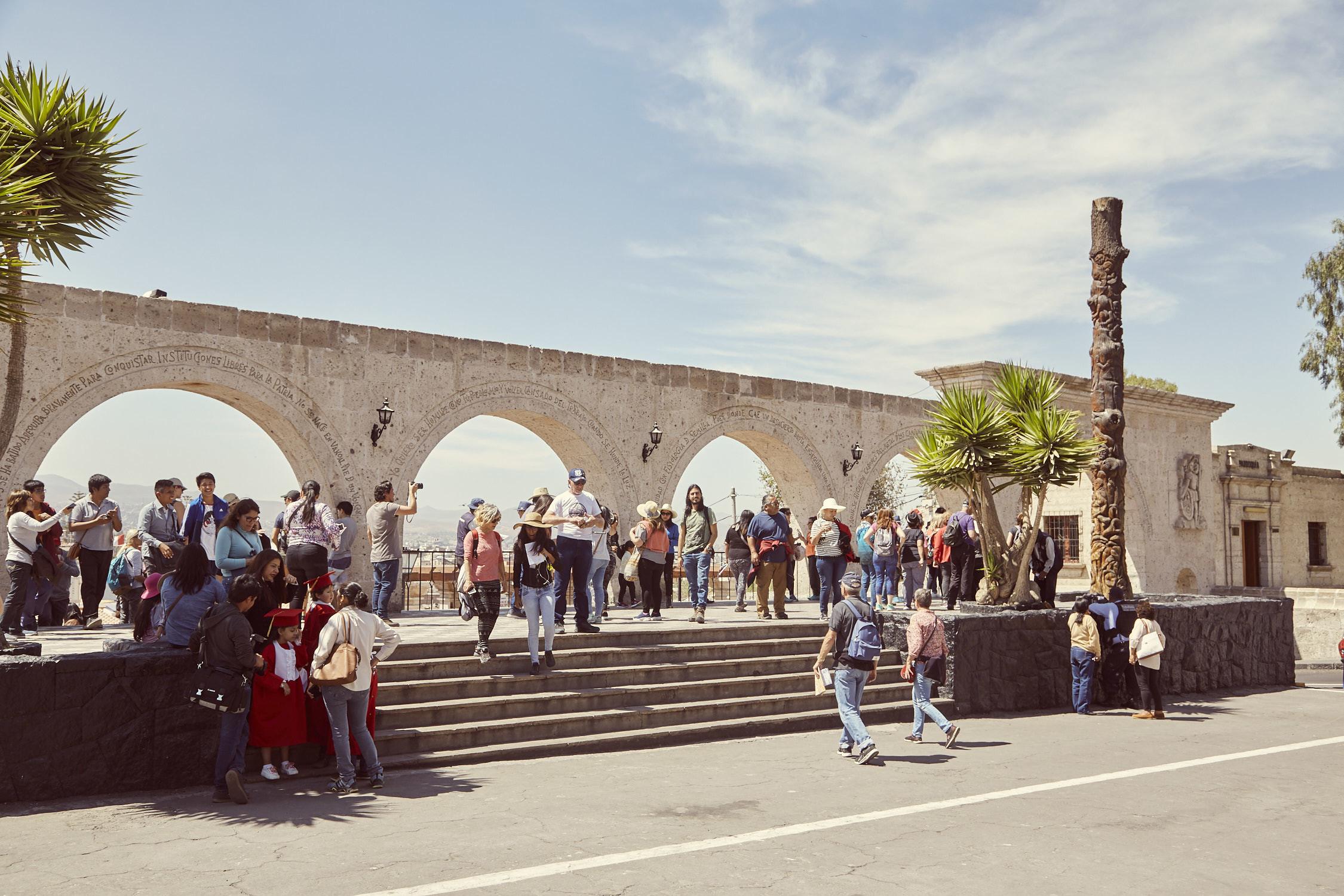 Mirador del Yanahuara mit vielen Menschen, leider ist der Platz nicht immer so leer wie auf den Fotos