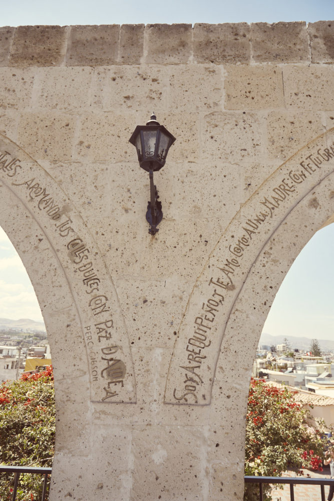 Eindrücke vom Mirador de Yanahuara in Arequipa, Peru, Inschrift auf den Pfosten des Miradors, Reiseblog Miles and Shroes, Roadtrip in Peru