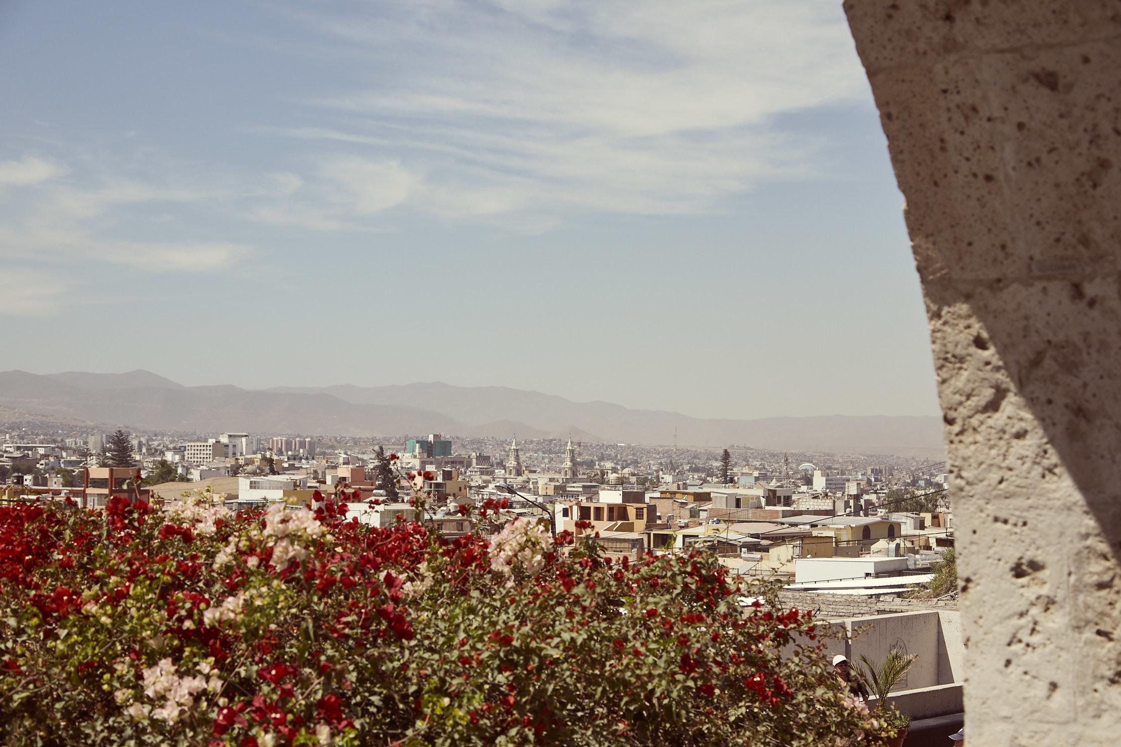 Ausblick auf Arequipa, Blick vom Mirador del Yanahuara auf die weiße Stadt in Peru