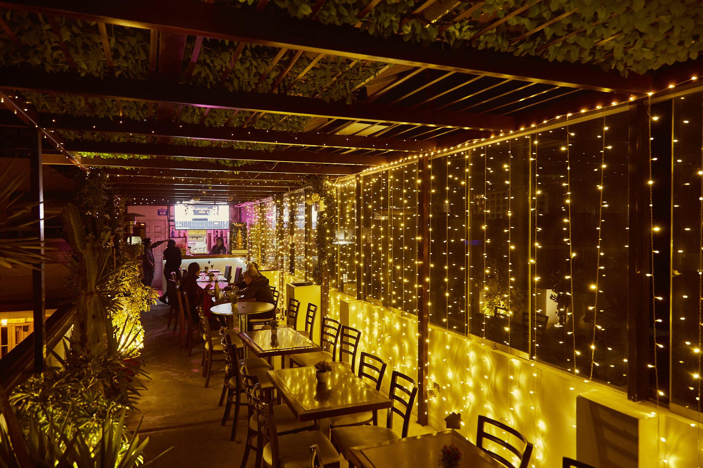 Die Rooftopbar in Arequipa, Peru, ist von lauter Lichterketten beleuchtet und bietet eine wirklich nette Atmosphäre