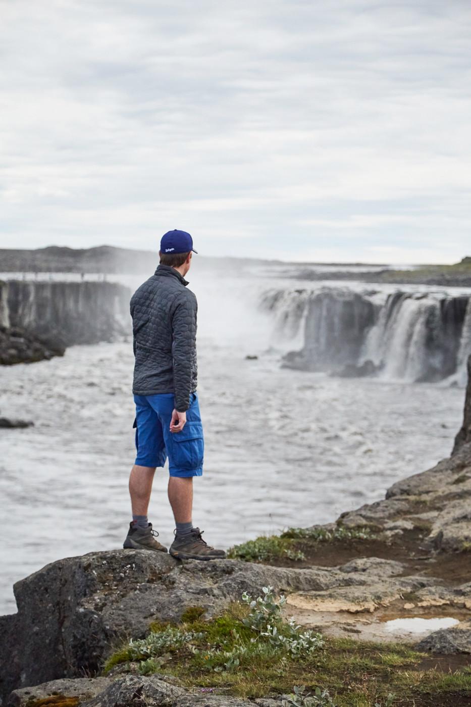 ronnie von miles and shores am selfoss wasserfall in island während unserer island rundreise