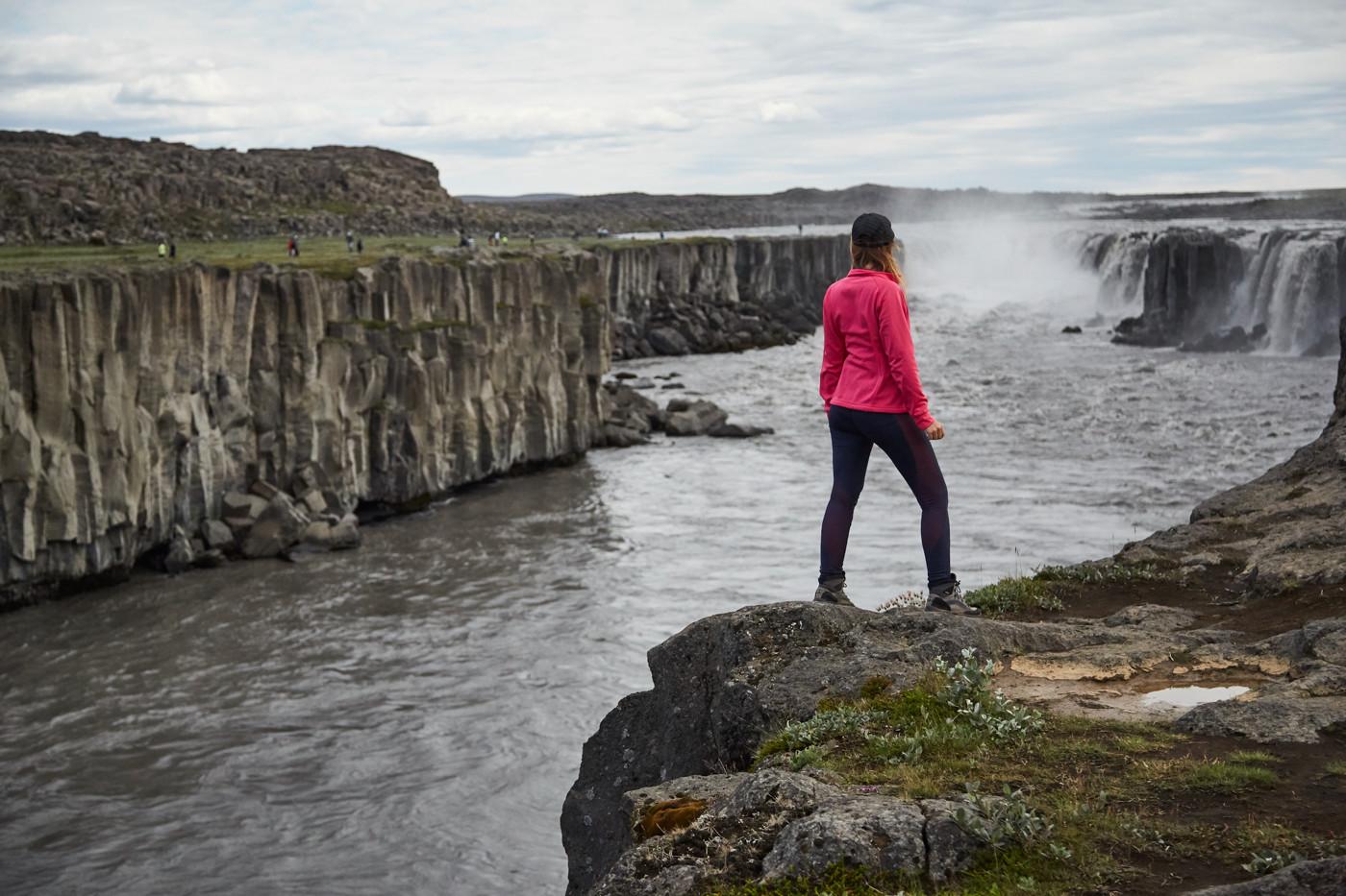 Chrisi von Miles and Shores beim Selfoss Wasserfall in Island während unseres Island Roadtrips