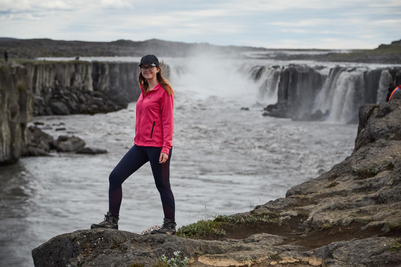 Chrisi von Miles and Shores beim Selfoss Wasserfall in Island während unseres Island Roadtrips, frontale Aufnahme