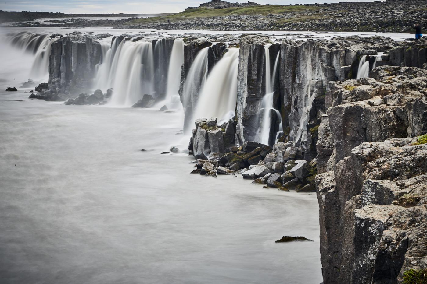 Die wunderschönen Kaskaden und mini Wasserfälle am Selfoss Wasserfall in Island. Ein wunderschöner Ort