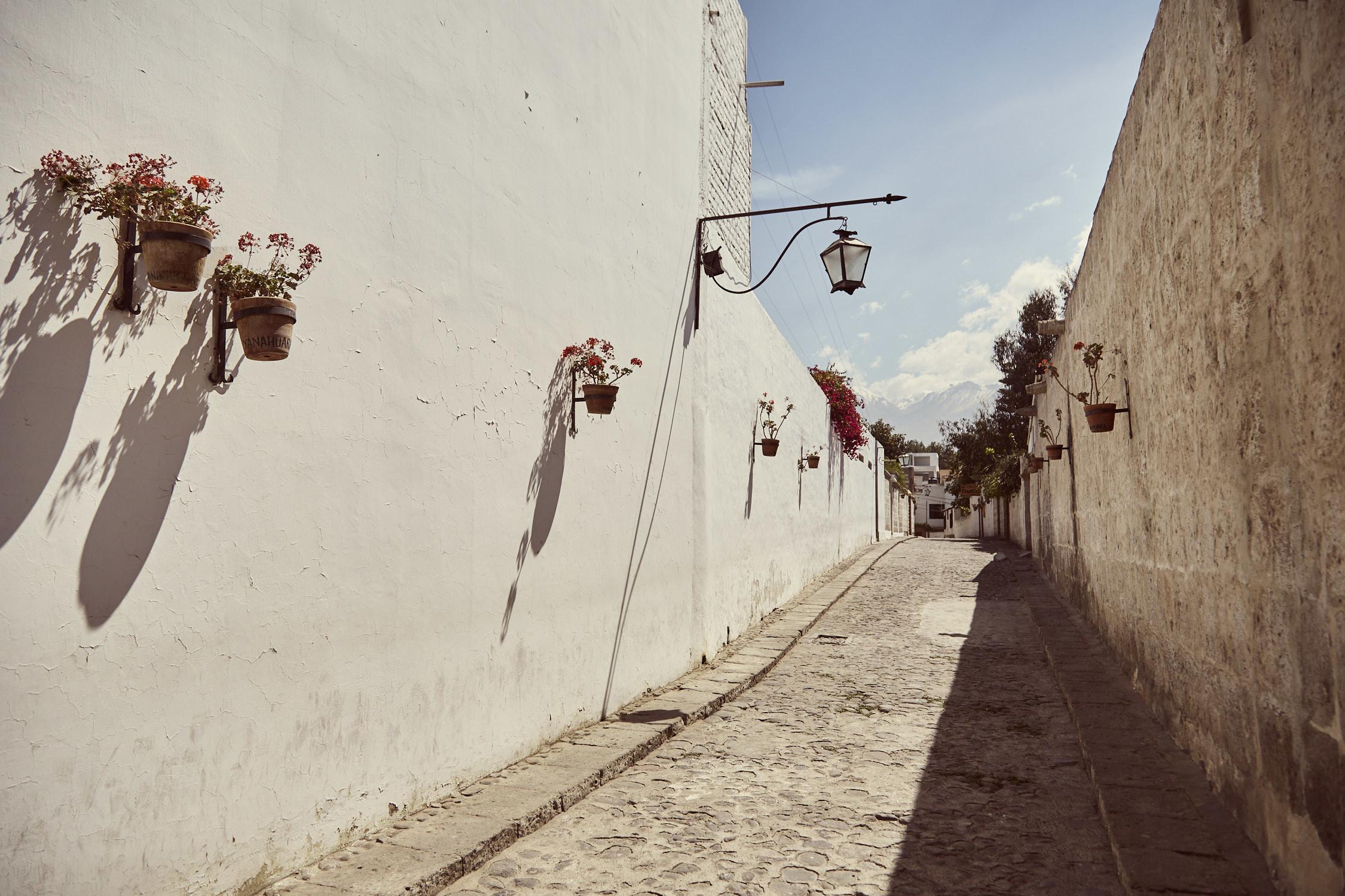 Das Stadtviertel Yanahuara, viele weiße Wände, geschmückt mit Blumen, ein sehr schöner Teil von Arequipa