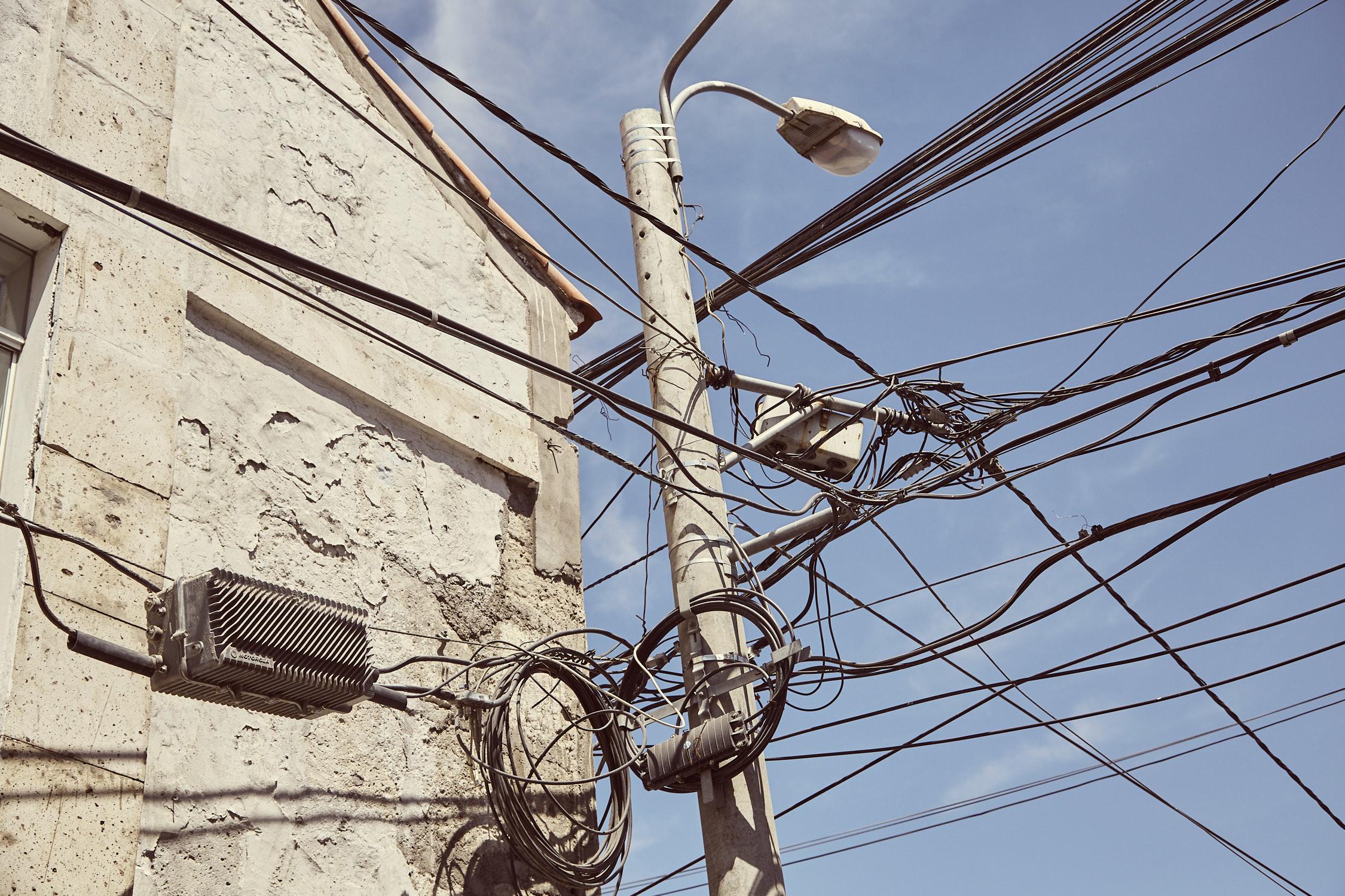 Yanahuara Arequipa. Stromkabel durcheinander verbunden, gewirbelt, konfus angebracht. Die Kreative Stromversorgung sieht man in Peru und Chile fast überall