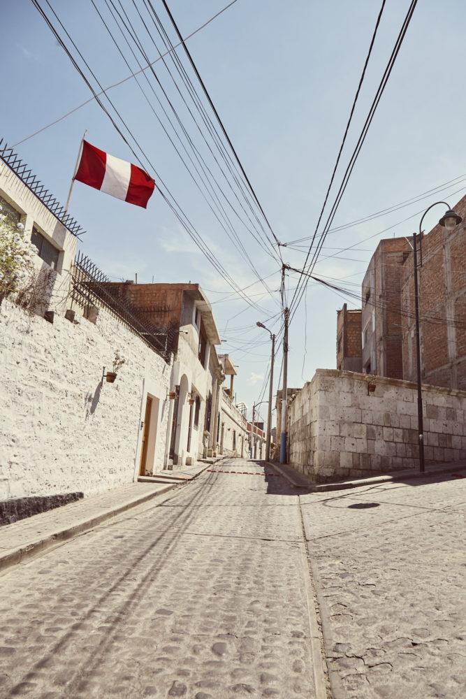 Yanahuara, weiße Straße mit Peru Flagge, Miles and Shores, Rundreise Peru, Roadtrip Peru,